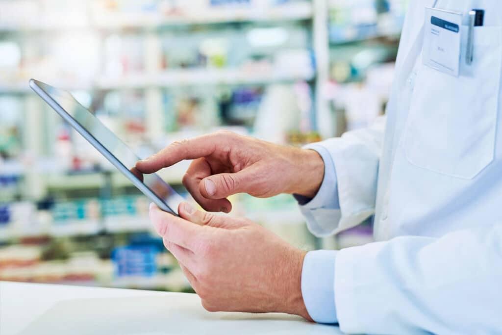 apotheker mit tablet-arzneimittel-importeure
